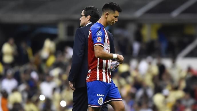 El DT y el jugador durante un partido de las Chivas