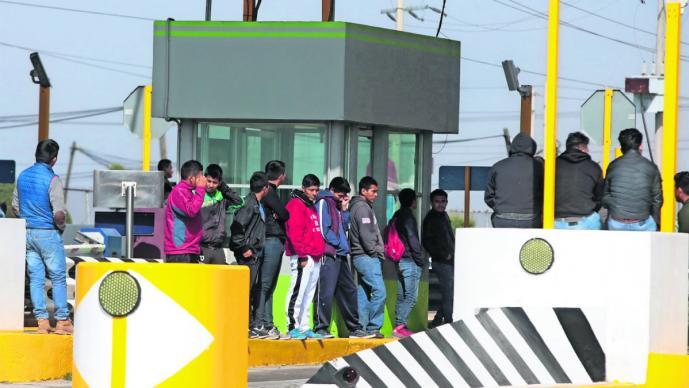 Normalistas de Tenería toman caseta El Dorado en Edomex; denuncian rompimiento de acuerdos