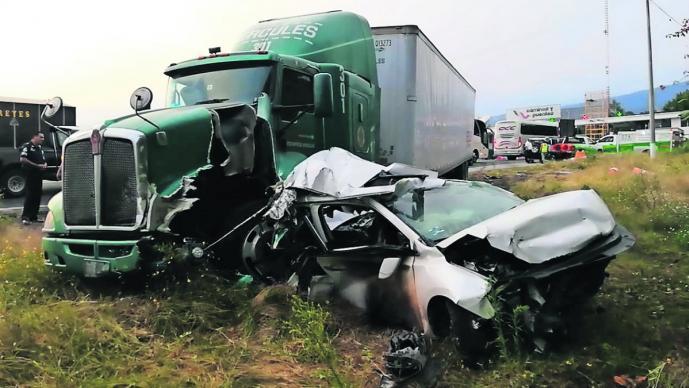 Tráiler sin frenos embiste vehículos Morelos