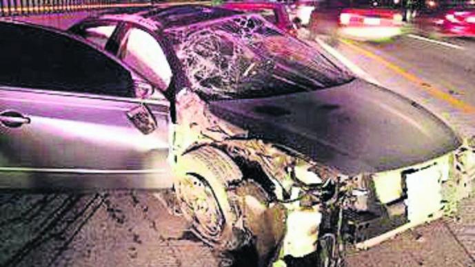 Conductor de auto compacto resulta ileso luego de estrellarse contra muro, en Morelos