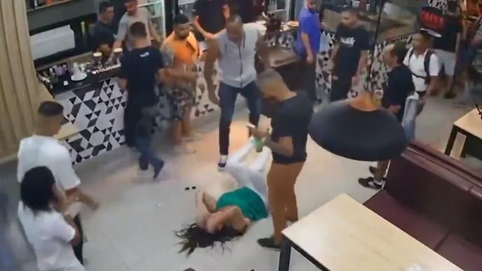 Hombres golpean mujer bar Brasil
