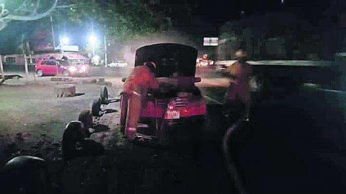 falla mecánica cortocircuito motor carro se quema incendio fuego carretera yecapixtla