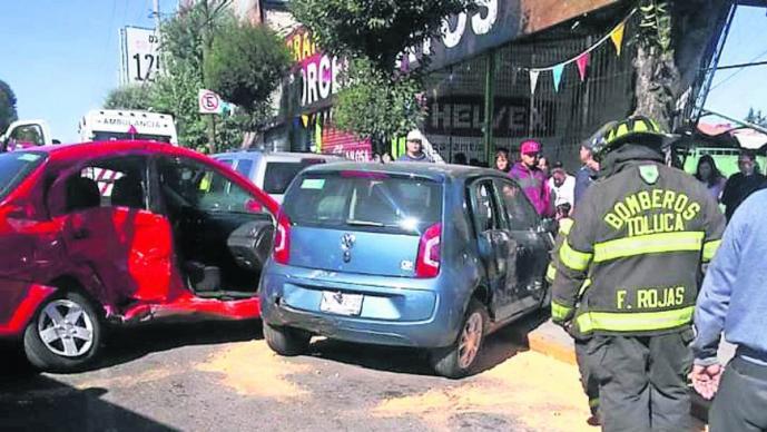 Automovilista provoca carambola al intentar ganarle el paso a una ambulancia, en Edomex