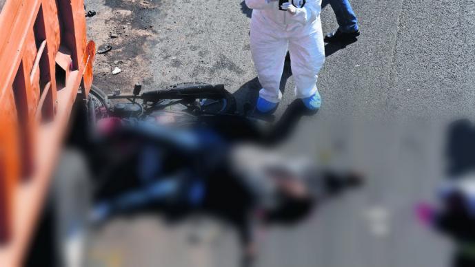 Muere pareja de motociclistas tras impactarse contra un camión descompuesto, en Edomex