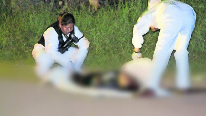 Taxista impacta su unidad contra un poste tras forcejear con dos asaltantes, en Morelos