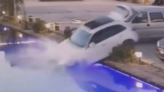 Perro impacta el vehículo de su dueño contra un estanque