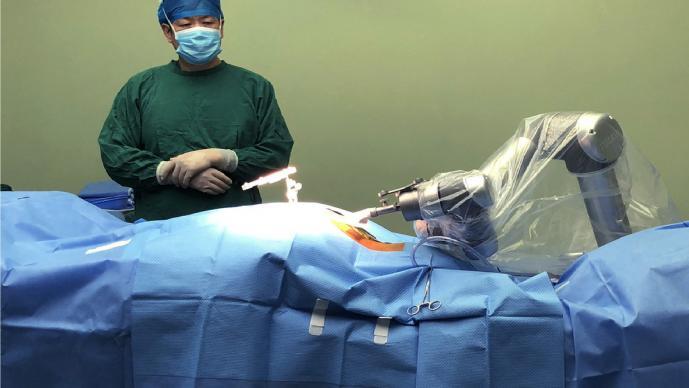 Conoce al primer robot en realizar una operación de cadera, en China