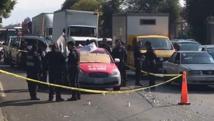 Motosicarios rafaguean a dos hombres que viajaban en un taxi, en Iztapalapa