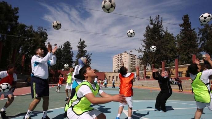 Escocia prohibirá a niños dar 'cabezazos' en el futbol, para evitar problemas de demencia