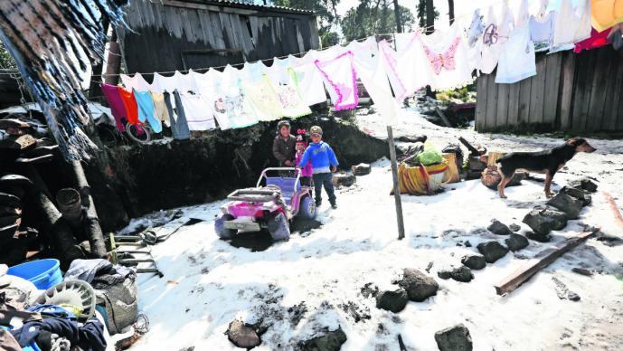 Habitantes del poblado de Raíces sufren las bajas temperaturas, en Zinacantepec