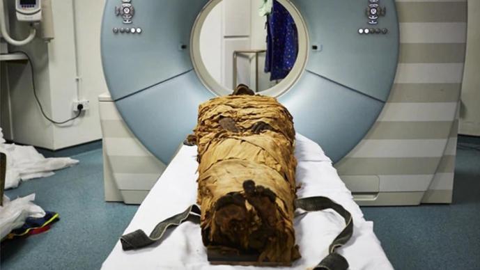 Científicos hacen hablar a momia de tres mil años de antigüedad; era un escribano