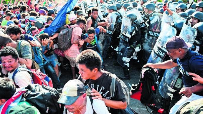 Guardia Nacional desmantela a caravana migrante con golpes para evitar su entrada a México