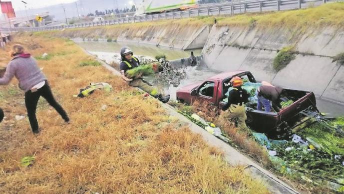 Trailero iba a exceso de velocidad y avienta camioneta a canal de aguas negras, en Edomex