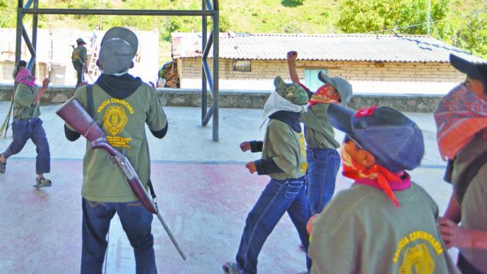 Policía comunitaria entrena a niños para defenderse del crimen, en Guerrero