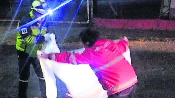 Motociclista fallece tras ser embestido y arrastrado por tráiler en vialidad del Edomex
