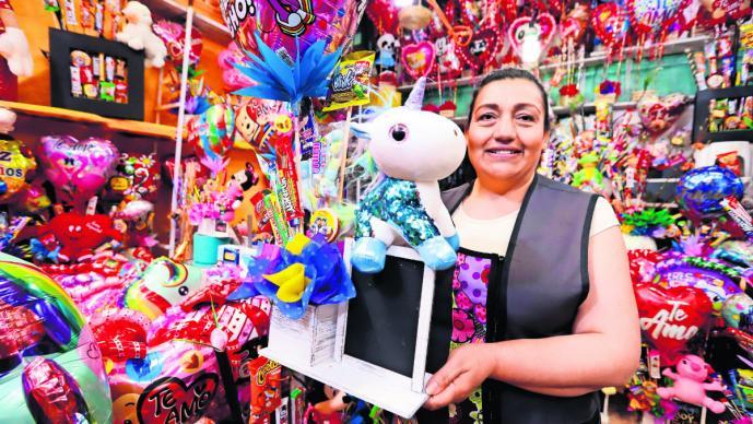 Por el Día de San Valentín, se dispara el precio de los regalos en el Mercado de Jamaica