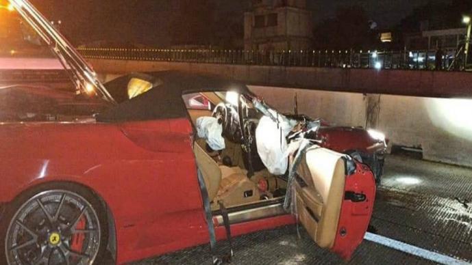 Por ir a exceso de velocidad, conductor destroza su Ferrari en el Paso Exprés de Morelos