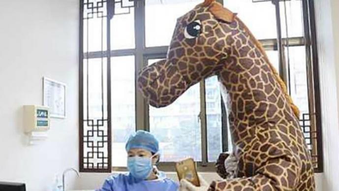 Para evitar contagio de Coronavirus, mujer china llega a hospital disfrazada de jirafa