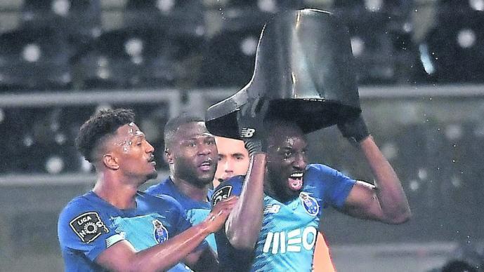Futbolista del Porto abandona la cancha como protesta tras recibir insultos racistas