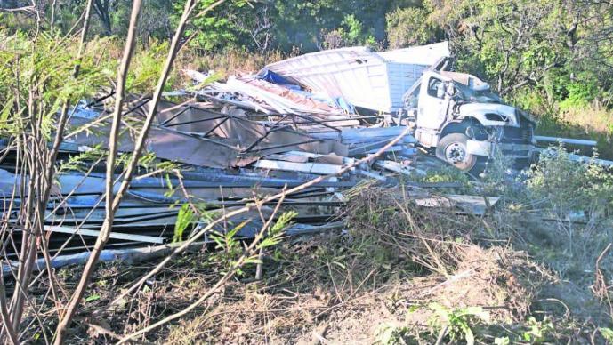 Cae a barranco camión con vigas de aluminio en la autopista Toluca - Tenancingo