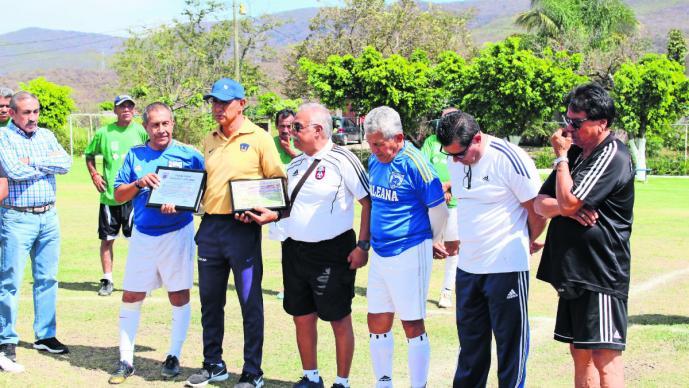 Reconocen trabajo del exfutbolista César Flores, en Tepetzingo