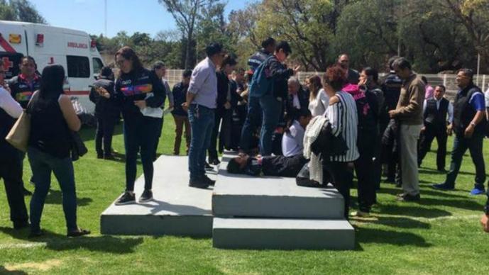 Presidenta del DIF Querétaro y diez atletas salen lesionados al colapsar tarima en evento
