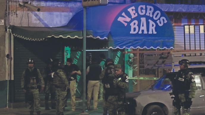 Encapuchados lanzan granada dentro de un bar y rafaguean a clientes, en Celaya