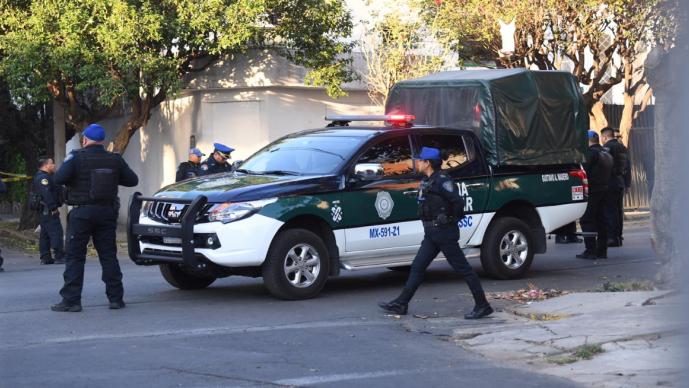 Policía enfrenta a tres asaltantes de microbús y todo termina en muerte y detención, CDMX