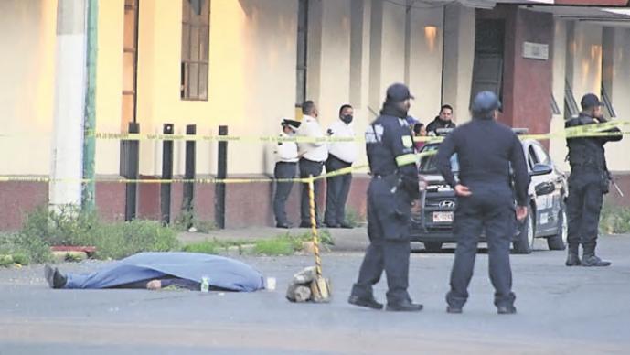 Pasajero sale volando de camión y muere de brutal golpe en el asfalto, en Edomex