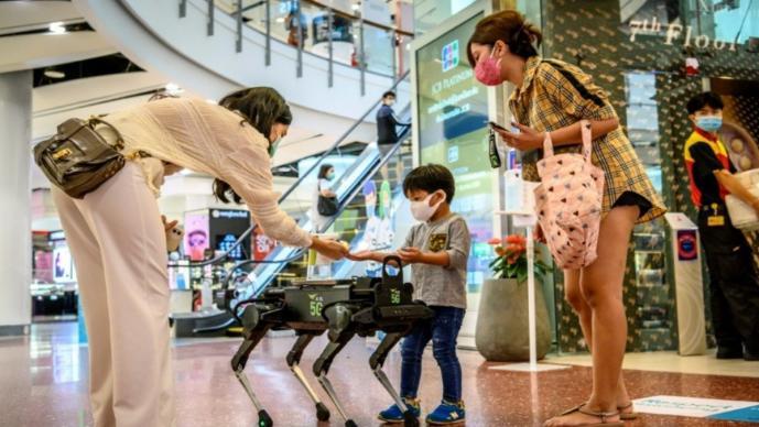 Perro robot ofrece gel antibacterial contra el Covid-19 en centro comercial de Tailandia