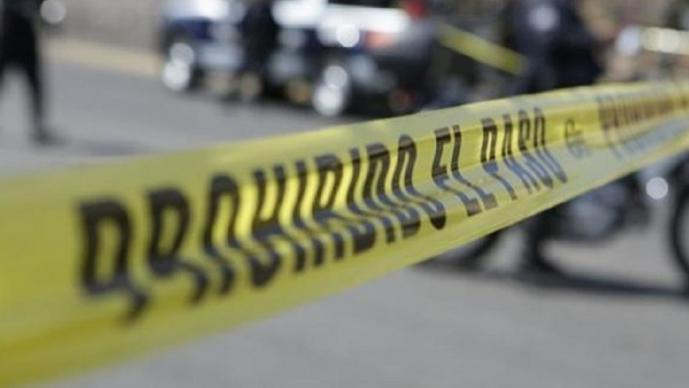Sujetos armados a bordo de un auto inteceptan a joven y lo acribillan, en Guerrero