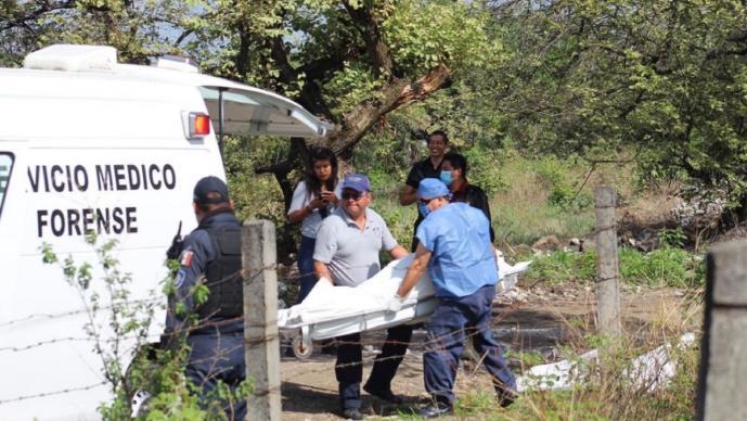 Cadáver de hombre tatuado es abandonado cerca de camino en Morelos, tenía tiro de gracia