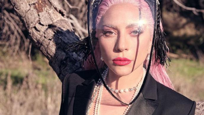 Fans 'se comen viva' a Lady Gaga por autografiar discos con simples garabatos y puntos