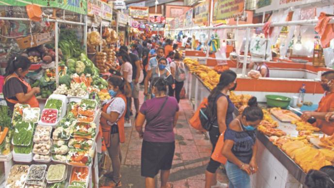 Medidas sanitarias contra Covid-19 se cumplen a medias, en los mercados de México