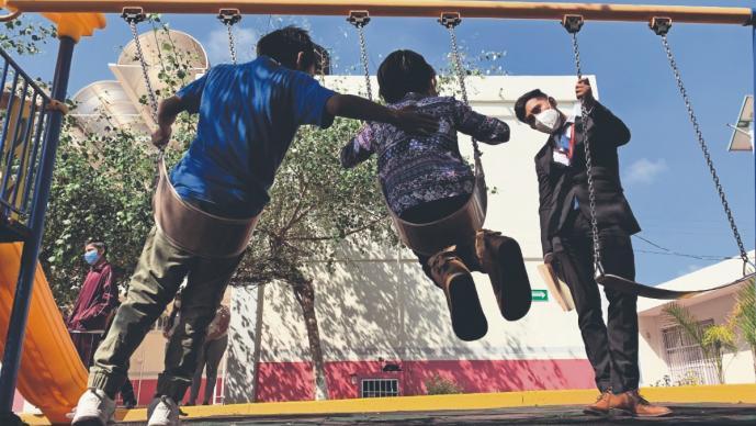 Rescatan de una azotea a hermanitos que fueron amarrados por su tía, en Tecámac