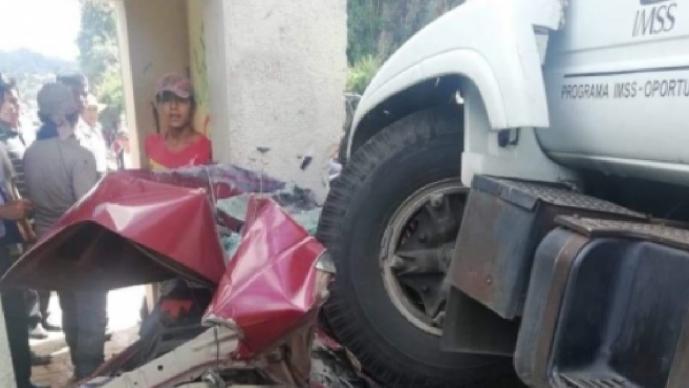 Camión de carga del IMSS se queda sin frenos y embiste carros y personas en Oxchuc, Chiapas