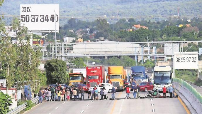 Vecinos de la Barona cierran el Paso Exprés de Cuernavaca, exigen agua potable