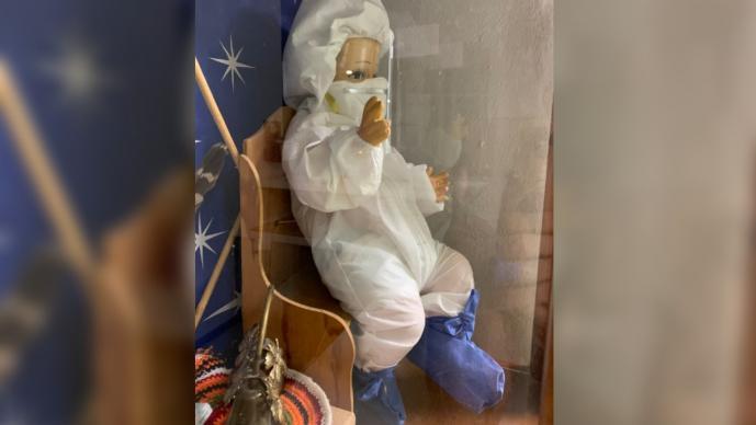 Surge el Niño Dios anti Covid-19 en un hospital de México, le ponen traje y cubrebocas