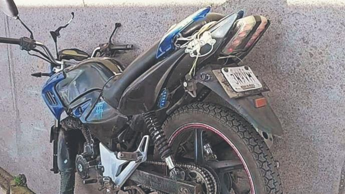 Joven de 16 años se parte la cabeza tras volar de su moto en el Edomex