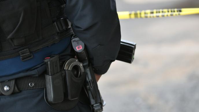 Policía no aguanta y se dispara en CDMX, sus papás murieron de Covid y su esposa lo dejó