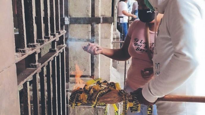 Campesinos se manifiestan en distintos puntos de Morelos, queman chiles para causar humo