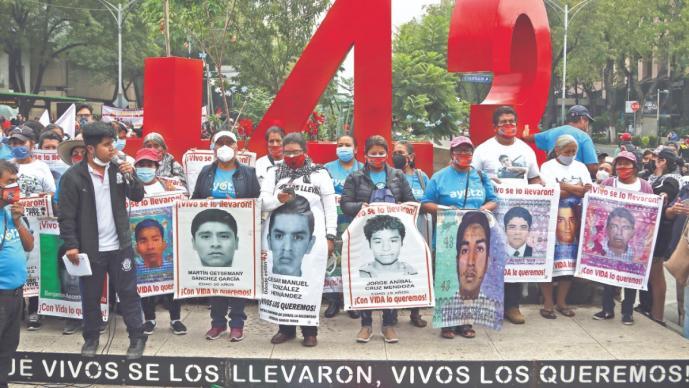 Familiares de los 43 normalistas reciminan a la 4T por la falta de avances en el caso