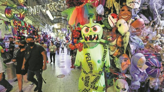 Comerciantes del Mercado Sonora aprovechan al Covid para hacer negocios con disfraces