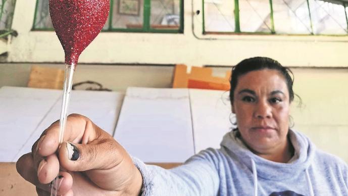 Norma, la única mujer de Tlalpujahua que moldea esferas que le dan la vuelta al mundo