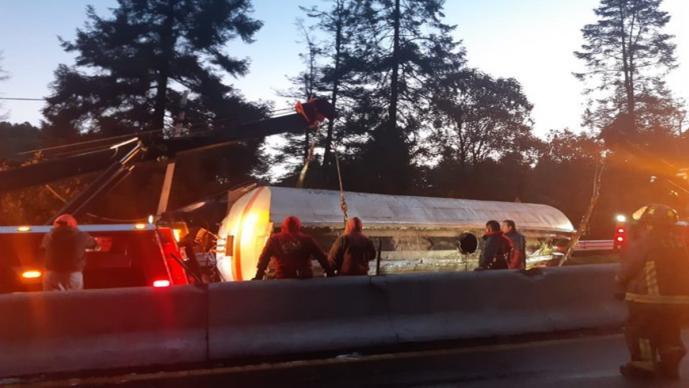 Vuelca pipa de combustible sobre la carretera México-Toluca, en Ciudad de México