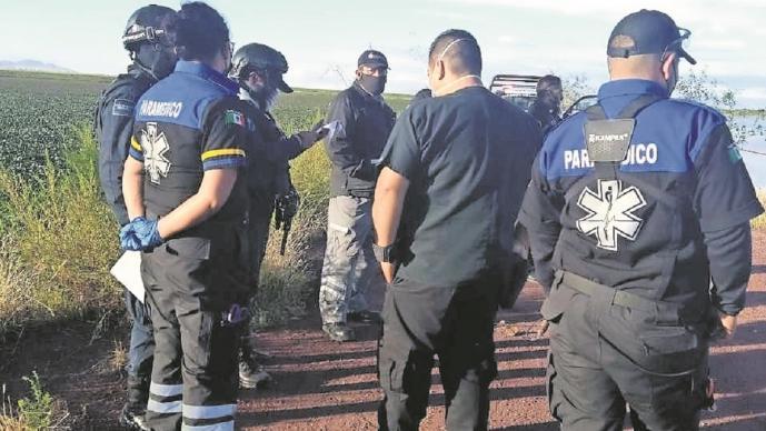 Agentes 'pescan' el cadáver de un hombre en una laguna en Nezahualcóyotl