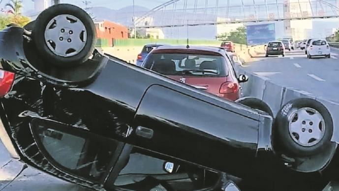Jóvenes voltean su carro, provocan carambola y salen como si nada en Morelos