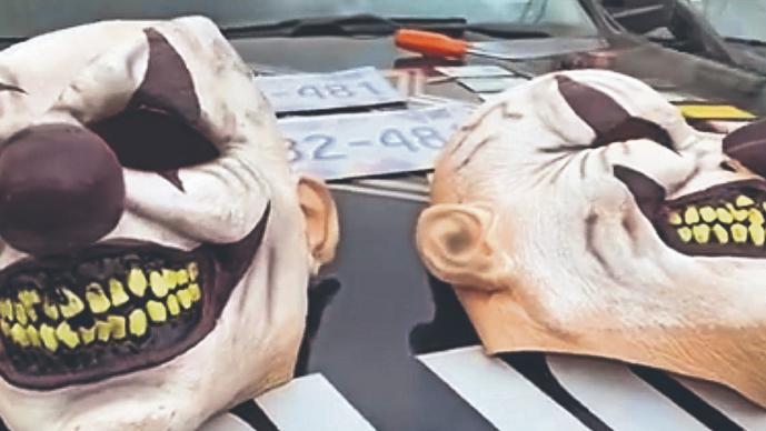 Atoran a ladrones con máscaras de payasos cuando intentaban atracar una casa, en Edomex
