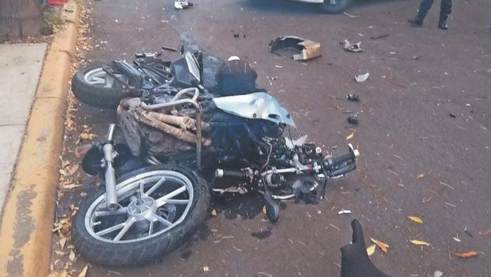Conductor ebrio a exceso de velocidad se pasa el alto y embiste a un biker, en CDMX