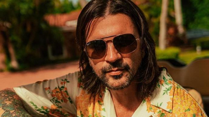 Juanes sorprende por robarse un automóvil y sale ''regañado'' por la policía